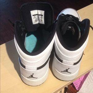 Nike Shoes - Nike Air Jordan 1 Retro Mid sz 5y